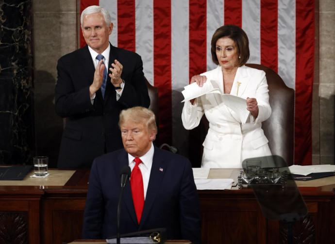 Nancy Pelosi strappa la sua copia del discorso di Trump