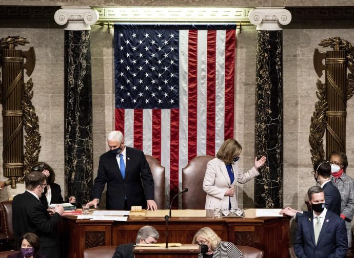 Mike Pence e Nancy Pelosi certificano la vittoria di Biden