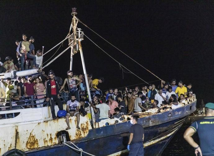 Immigrati in arrivo a Lampedusa su un vecchio peschereccio