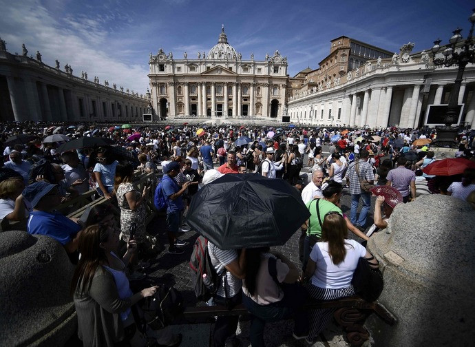Piazza San Pietro affollata