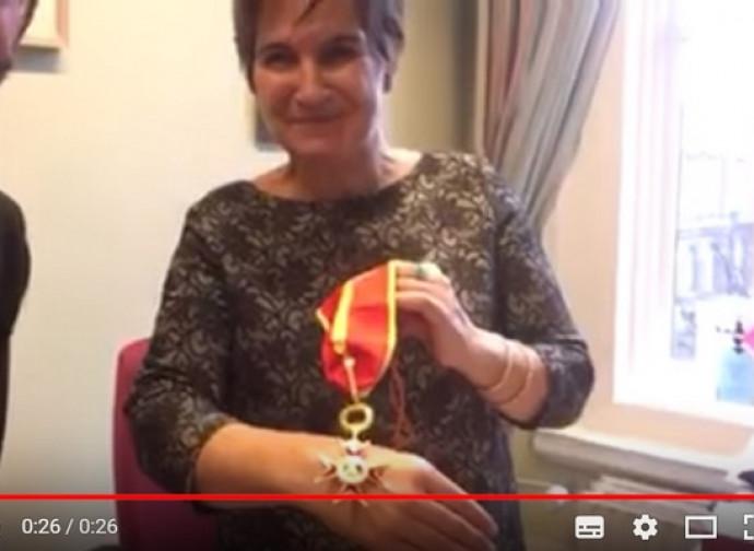 Liliane Ploumen mostra l'onorificenza ricevuta da papa Francesco