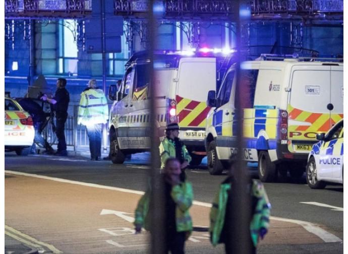 Polizia e ambulanze sul luogo dell'attentato