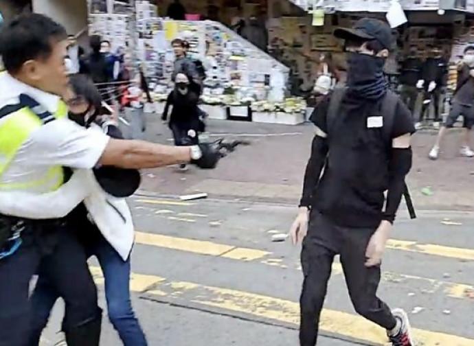 Hong Kong, poliziotto spara a un manifestante