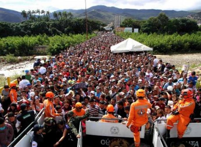 Venezuelani in fuga verso la Colombia