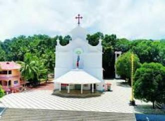 In India dei giovani musulmani profanano una Croce