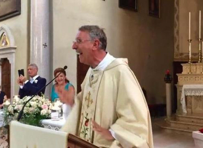 Un sacerdote canta una canzone pop durante la messa