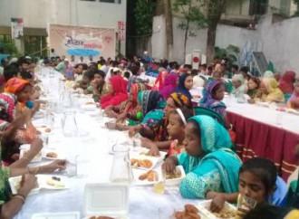 L'YMCA di Dacca ha offerto il banchetto di fine Ramadan ai musulmani poveri