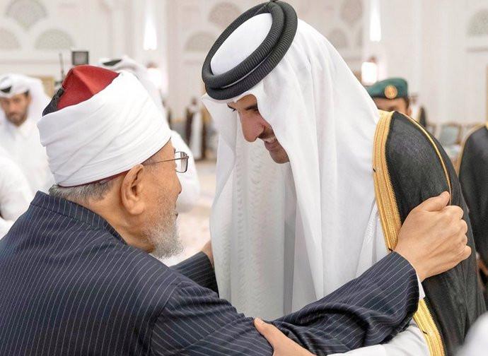 L'abbraccio tra l'emiro e il predicatore