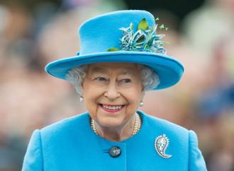 L'inconsistenza morale di Elisabetta II, muta nello scempio