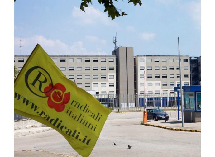 Un picchetto radicale davanti alle carceri