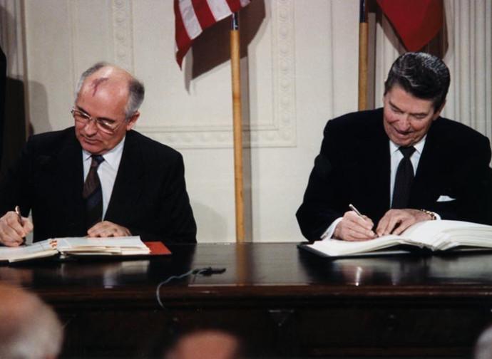 Gorbachev e Reagan firmano il Trattato Inf nel 1987