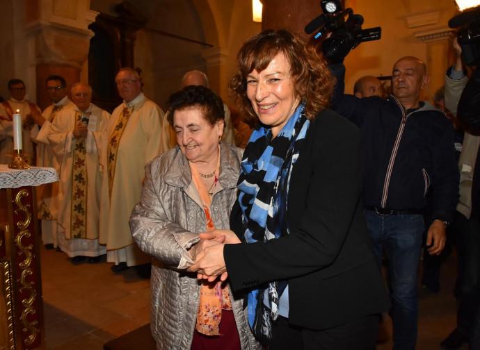 Rosanna Rivi e Meris Corghi si abbracciano in chiesa