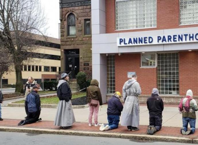 La preghiera degli attivisti davanti alla clinica