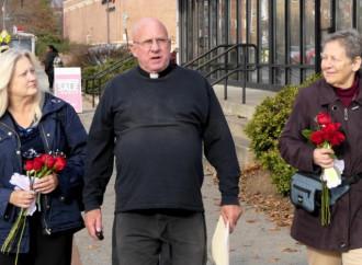 Il prete arrestato perché aiuta le donne a non abortire