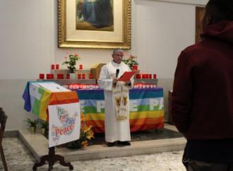 Arcobaleno sull'altare e migranti al posto della Via Crucis
