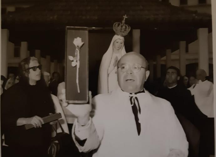 Rettore del Santuario, mons. Borges, mostra Rosa d'Oro donata da Paolo e gruppo di Brescia (14 set 1965)