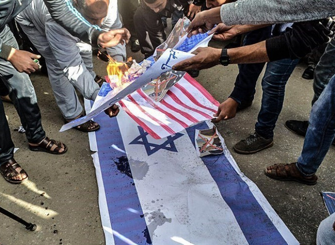 Rogo islamico delle bandiere americana e israeliana