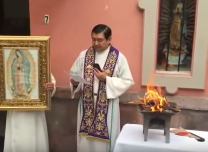 padreHugo Valdemar si appresta a bruciare la Pachamama