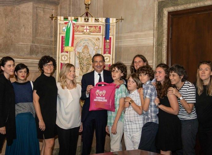 Il sindaco milanese Sala con le coppie lesbiche registrate come doppie madri