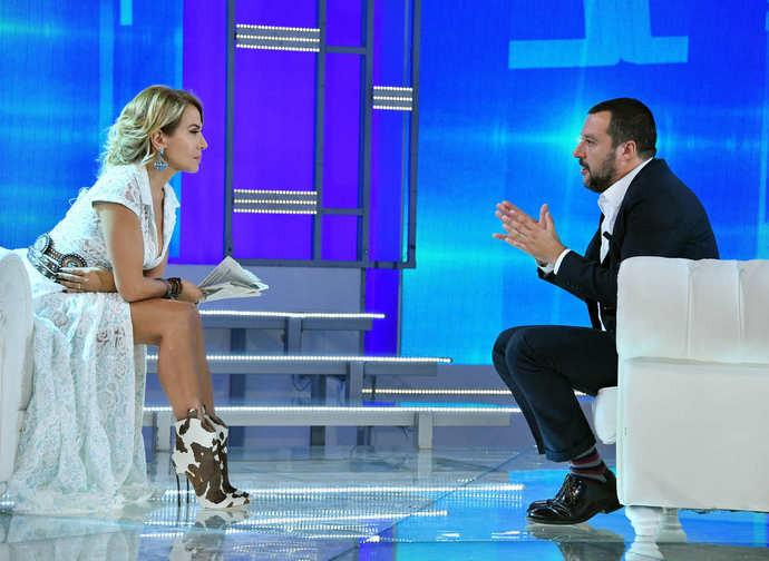 """Il ministro Salvini nel """"salotto"""" di Barbara D'Urso"""