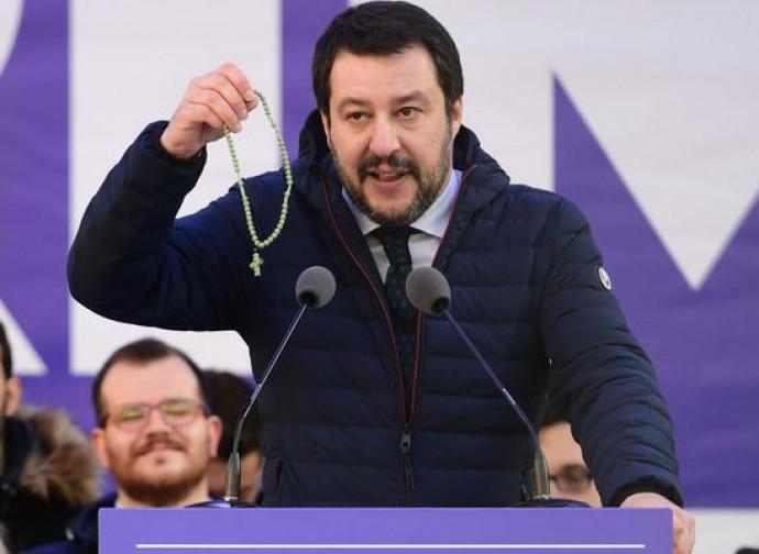 Salvini con il rosario in mano