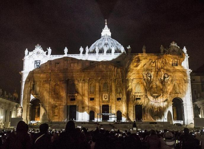 Lo show degli animali sulla facciata di San Pietro, 8 dicembre 2015