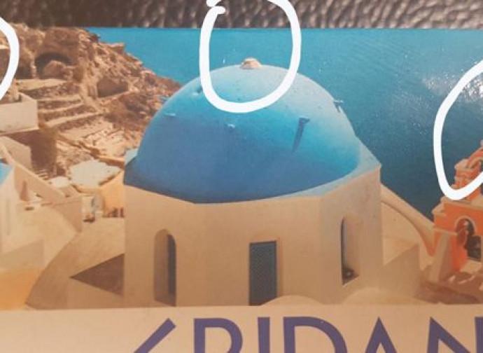 Croci sparite dalla foto di Santorini della Lidl