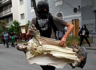 In Cile saccheggiano le chiese...e la chiamano libertà