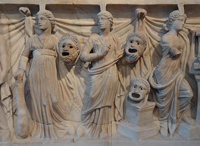 Sarcofago romano con muse e maschere