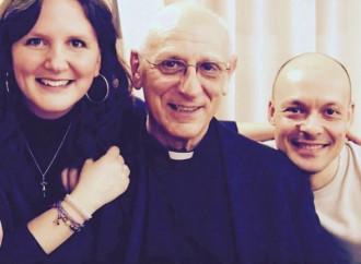Il prete che mostra a centinaia di sposi la verità sul matrimonio