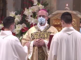 """Il vescovo """"scivola"""" sull'Ostia in bocca"""