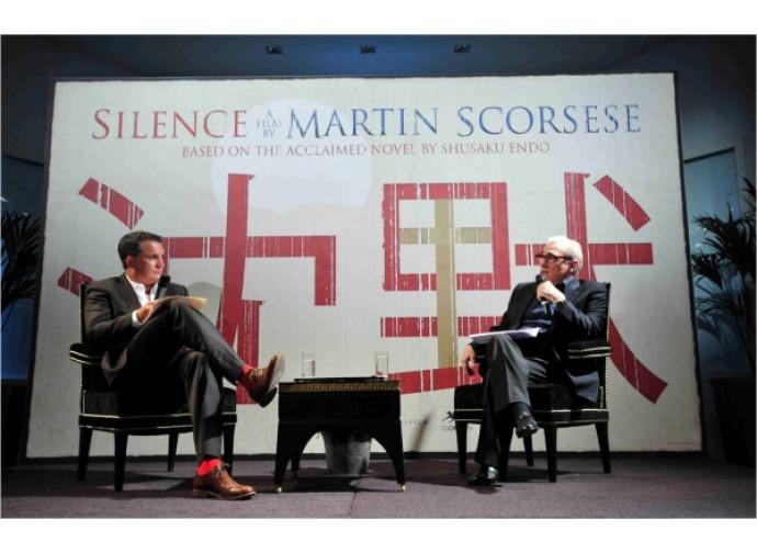Martin Scorsese (a destra) presenta Silence
