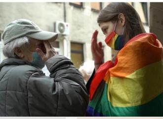 Anziana piange per l'attivista Lgbt e ci insegna a lottare