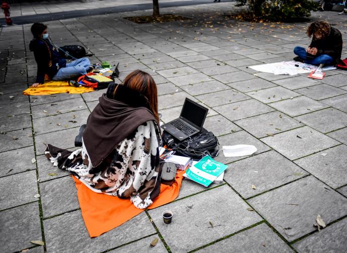 Studenti in protesta alla sede della Regione Lombardia