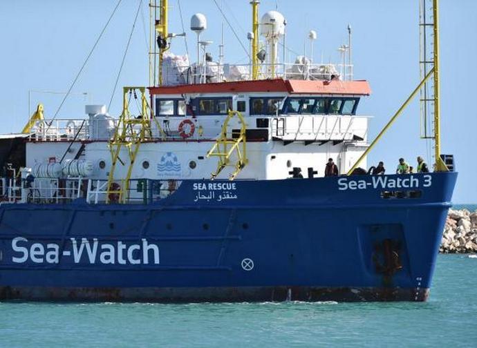Sea Watch, è la Ong a tenere in ostaggio 42 persone