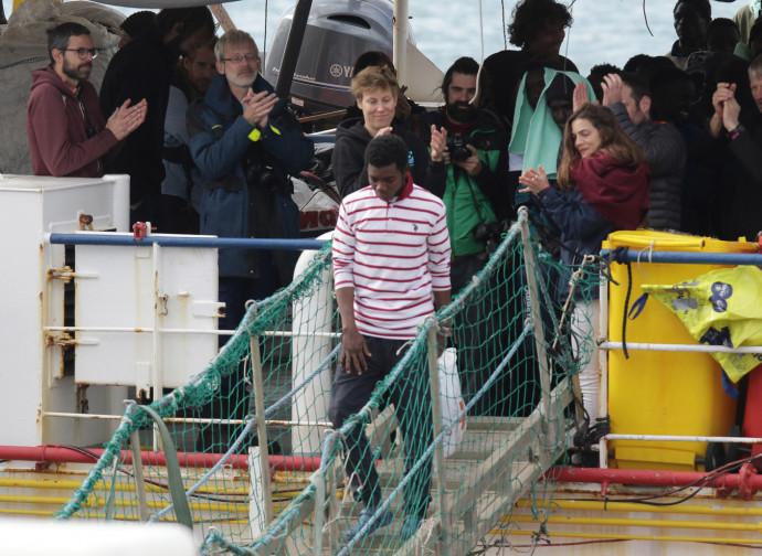 Sea Watch 3, il momento dello sbarco