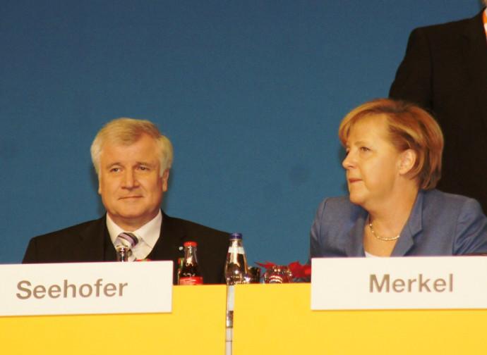 Seehofer (ministro dell'Interno) e Merkel (cancelliere)