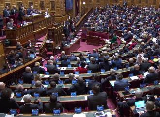 Francia, passa al Senato la legge che cancella il padre