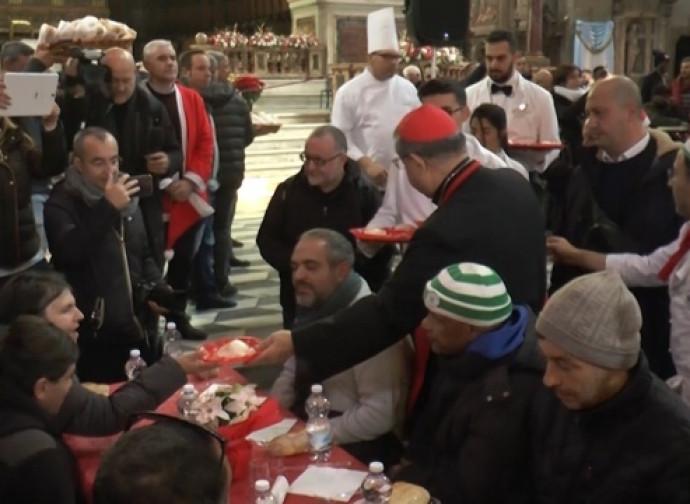 Il cardinal Sepe serve il pranzo in Cattedrale per il terzo anno consecutivo
