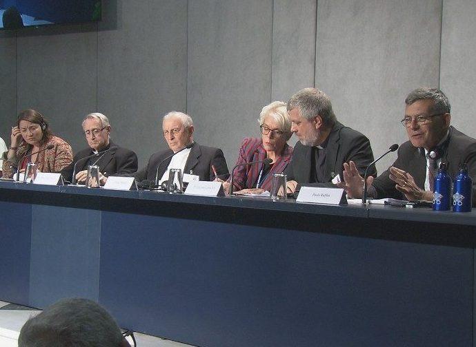 Il briefing di ieri, mons. Verzeletti è il terzo da sinistra