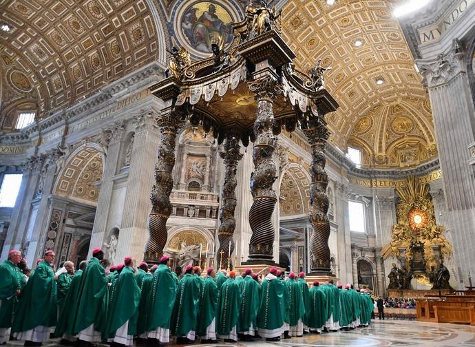 Padri sinodali durante la celebrazione in San Pietro