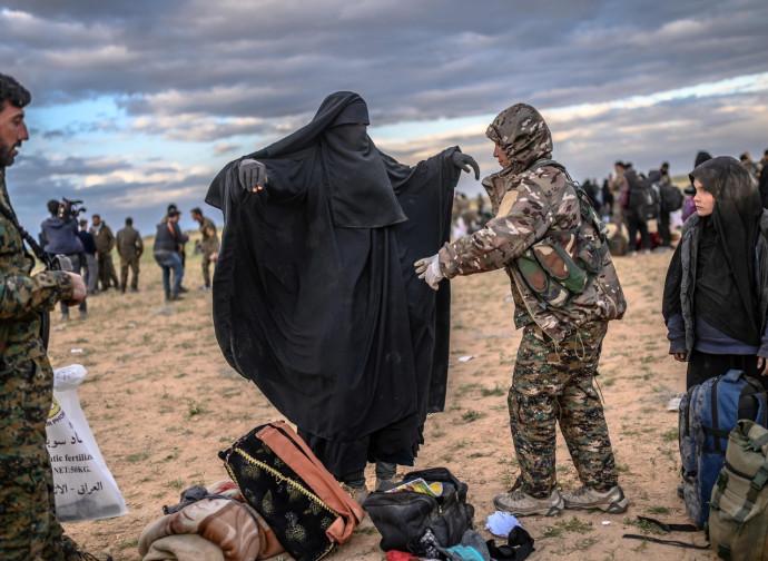 Siria, perquisizione anche delle donne evacuate da Baghouz, ultima roccaforte dell'Isis
