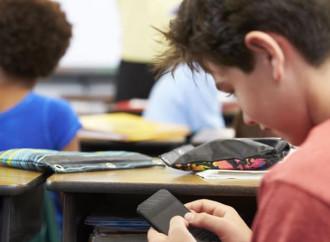 Una scuola vieta i cellulari: «Meglio guardare le stelle»