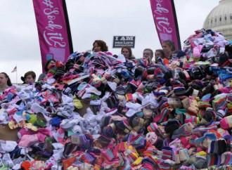 Il camion pieno di calze dei migliaia di bimbi abortiti