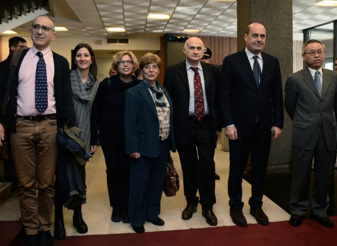 Roma, foto di gruppo di Zingaretti con le ricercatrici dello Spallanzani, il direttore Ippolito il virologo Nicastri e l'ambasciatore cinese Li Junhua
