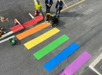 Via le strisce pedonali arcobaleno