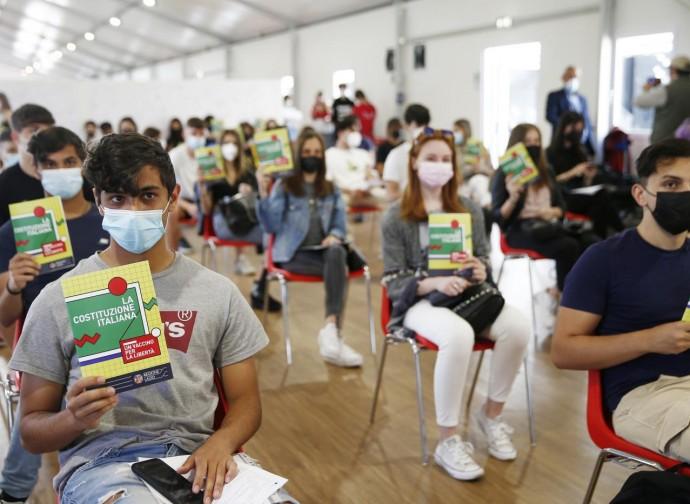 Studenti omaggiati di una copia della Costituzione se si vaccinano