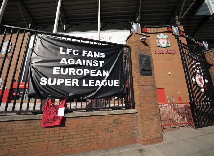 La protesta dei tifosi del Liverpool