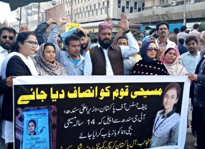 Manifestazione per Huma (a sinistra l'avvocatessa Tabassem Yousaf)