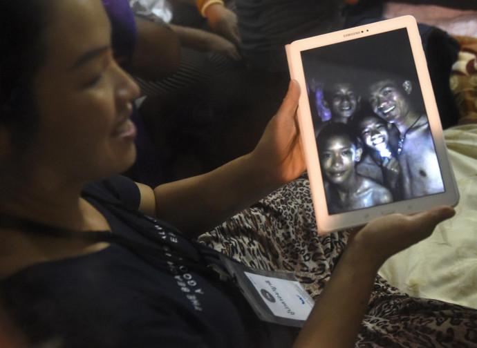 La madre di uno dei ragazzini intrappolati vede il figlio e l'allenatore in video